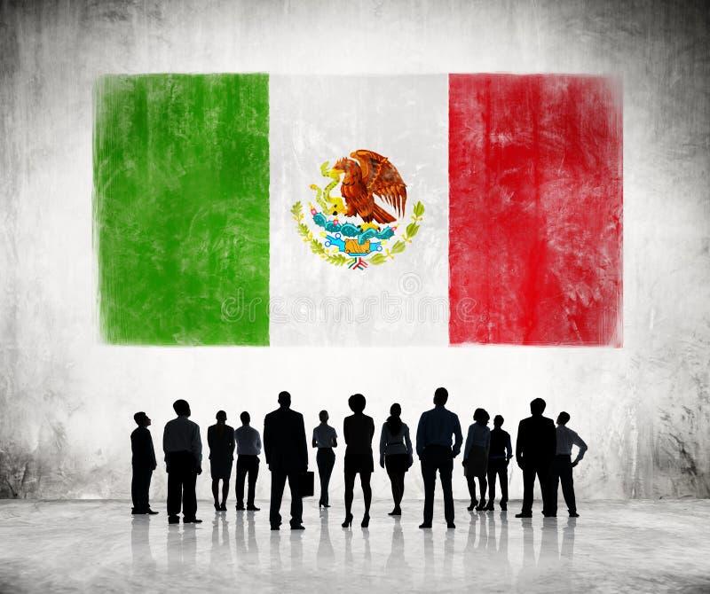 Siluetas de la gente que mira la bandera mexicana fotos de archivo