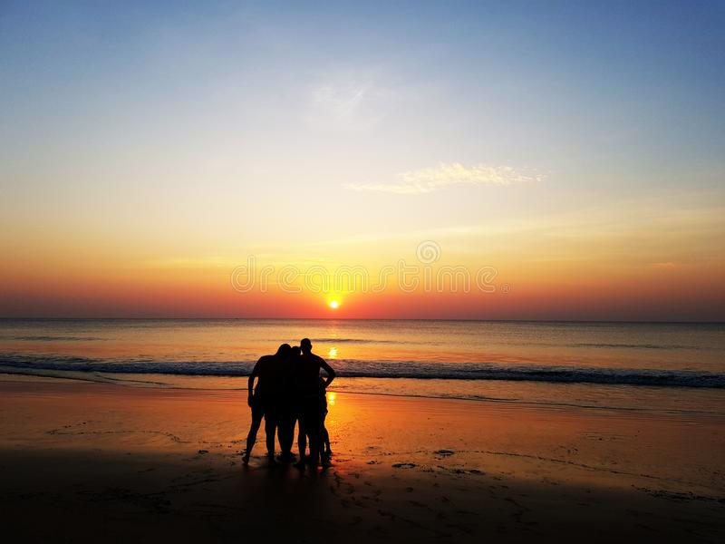 Siluetas de la gente sobre puesta del sol fotos de archivo libres de regalías