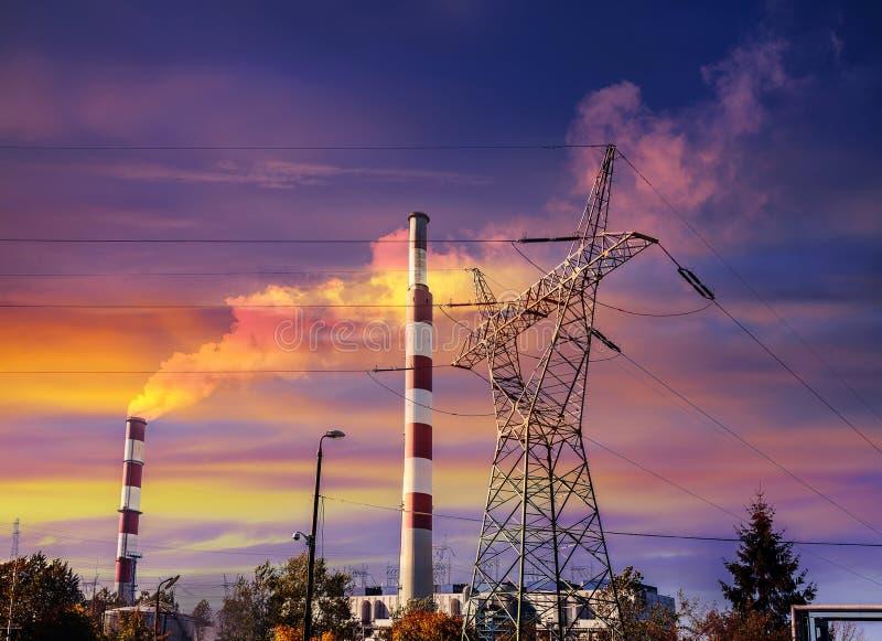 Siluetas de la infraestructura industrial en la puesta del sol fotos de archivo