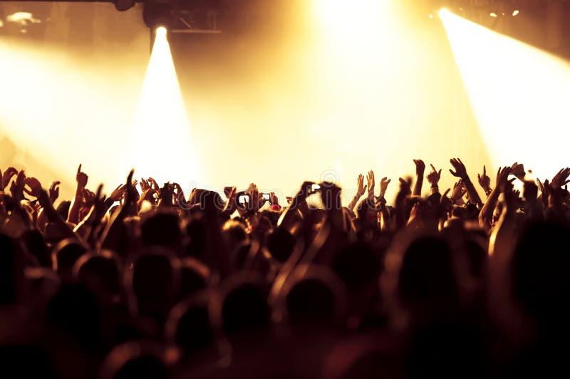 Siluetas de la muchedumbre del concierto imagen de archivo libre de regalías