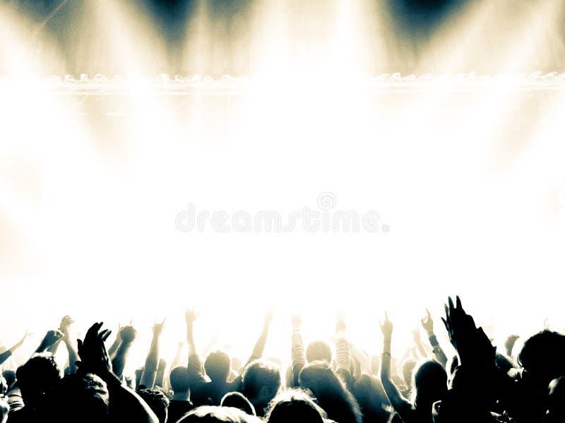 Siluetas de la muchedumbre del concierto delante de una etapa brillante fotos de archivo libres de regalías