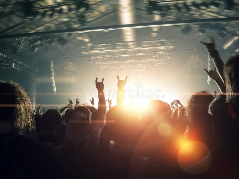 Siluetas de la muchedumbre del concierto delante de una etapa brillante fotografía de archivo libre de regalías