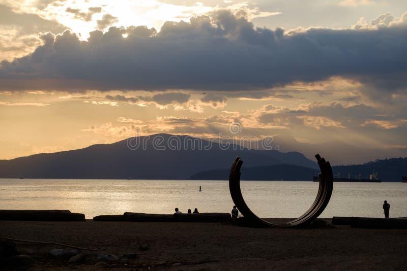 Siluetas de la puesta del sol fotos de archivo