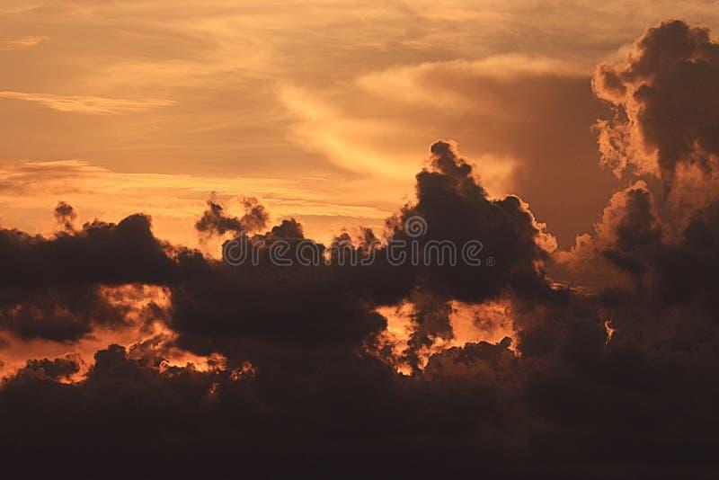 Siluetas de las nubes en el cielo de la puesta del sol fotografía de archivo