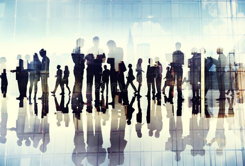 Siluetas de los hombres de negocios que trabajan en una oficina fotos de archivo
