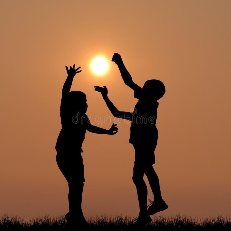 Siluetas de los niños que juegan con el sol fotos de archivo libres de regalías