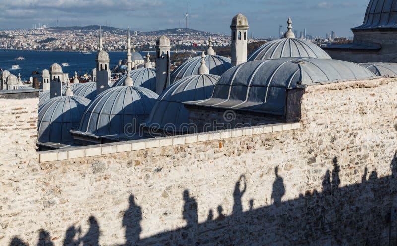 Siluetas de los turistas de la sombra que miran el panorama de Estambul, pavo fotos de archivo