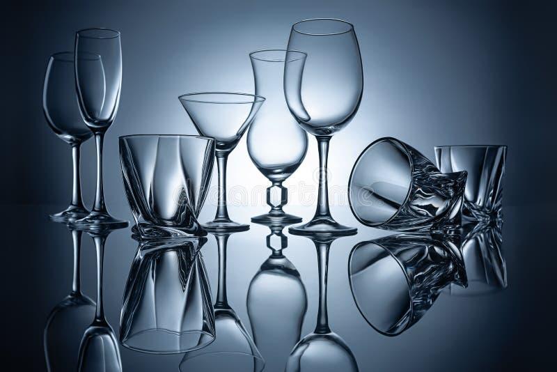 siluetas de los vidrios vacíos de martini, del coñac, del champán y del vino fotos de archivo libres de regalías