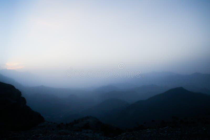 Siluetas de monta?as acodadas en la puesta del sol imagen de archivo