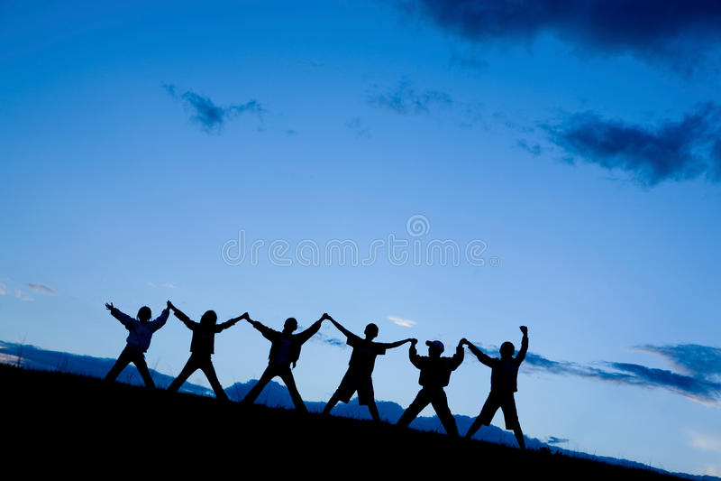 Siluetas de seis niños que saltan junto fotografía de archivo libre de regalías