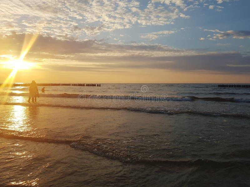 Siluetas en puesta del sol sobre el mar Báltico imágenes de archivo libres de regalías
