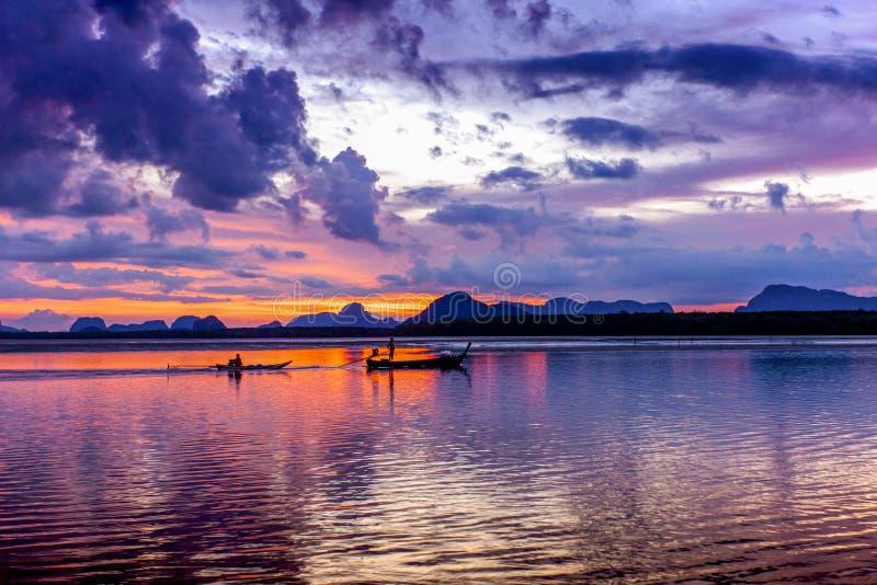 Silueteó la playa en el tiempo de la puesta del sol, en el cielo crepuscular después fotos de archivo