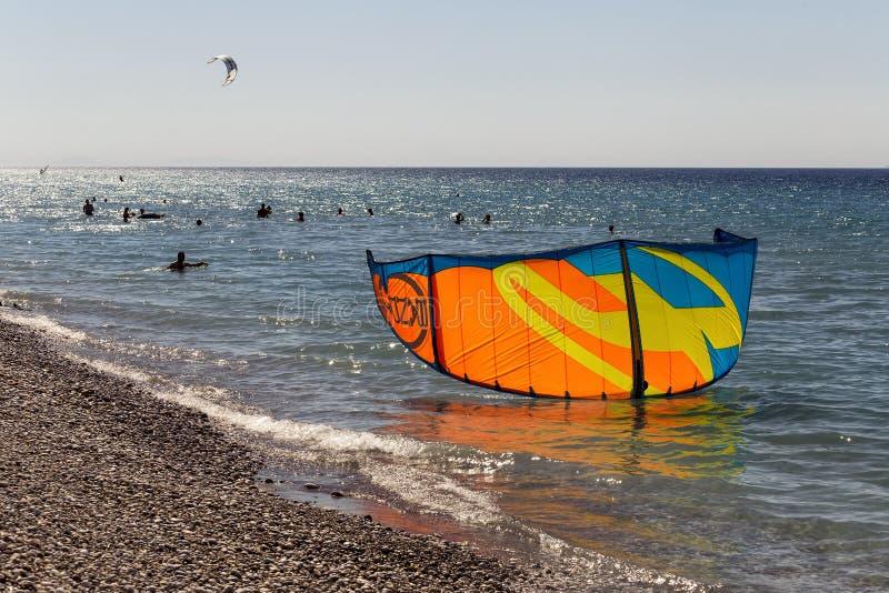 Siluete van kitesurfer en vlieger in het water stock afbeeldingen