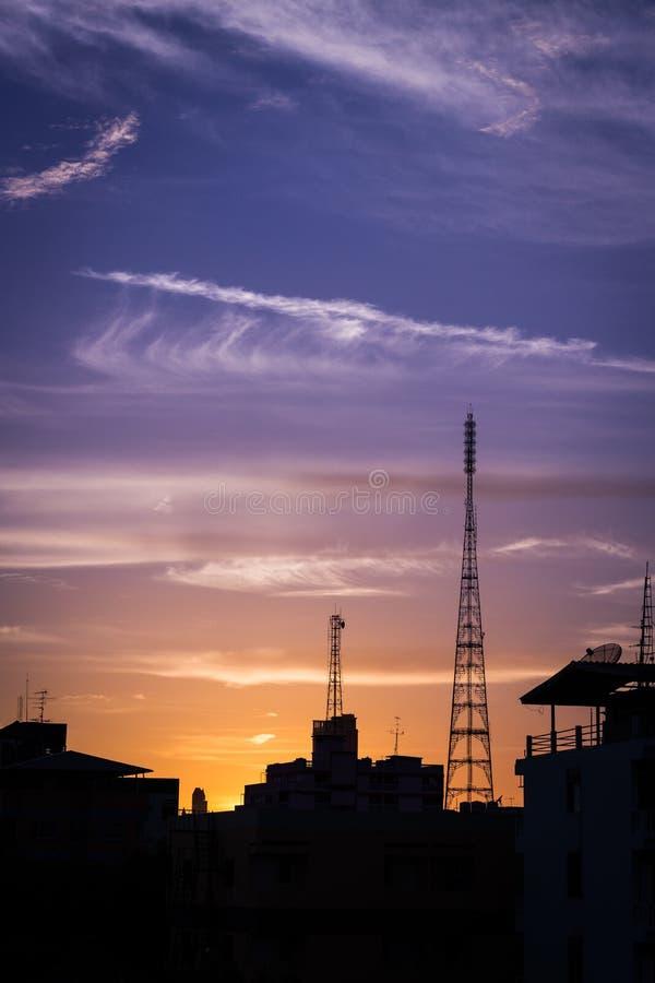 Siluetea la torre de la telecomunicación fotos de archivo