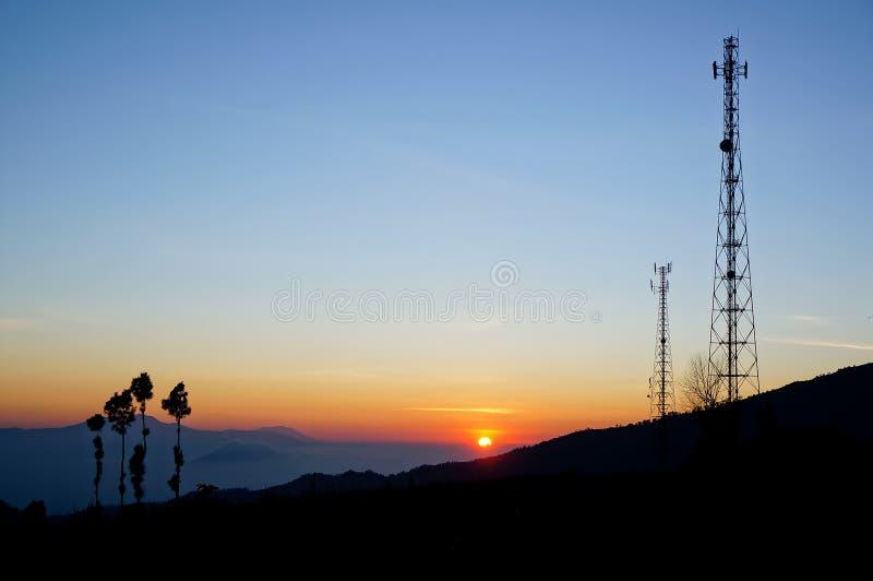 Siluetea la torre de la telecomunicación en la salida del sol imágenes de archivo libres de regalías