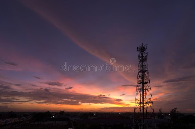 Siluetea la torre de la telecomunicación imagen de archivo