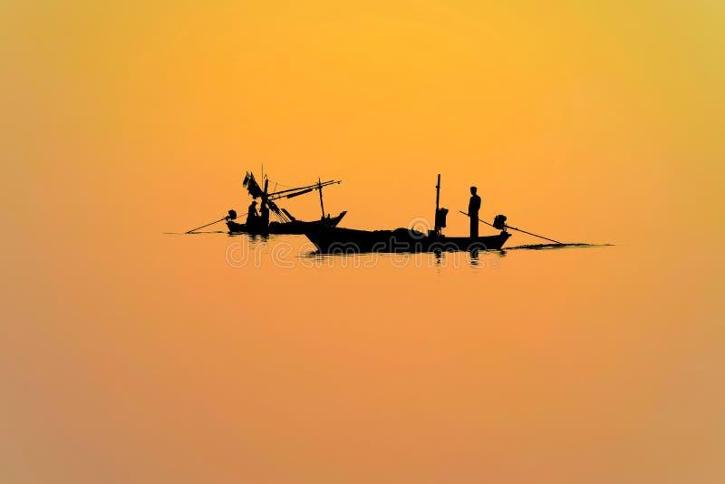 siluetea a pescadores en barco fotos de archivo libres de regalías