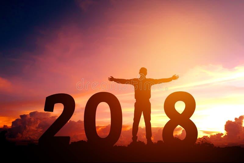 Siluetee al hombre de negocios joven feliz por 2018 Años Nuevos fotografía de archivo libre de regalías