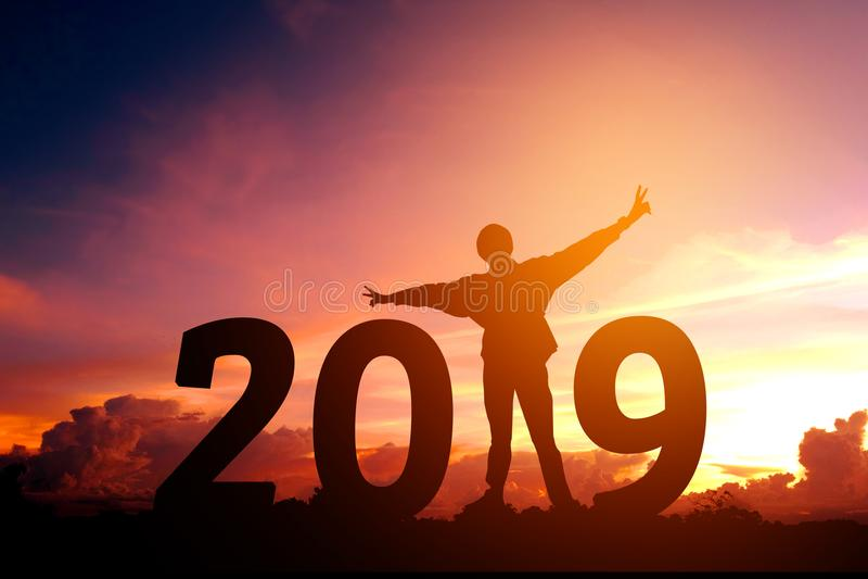 Siluetee al hombre joven feliz por 2018 Años Nuevos imagen de archivo libre de regalías