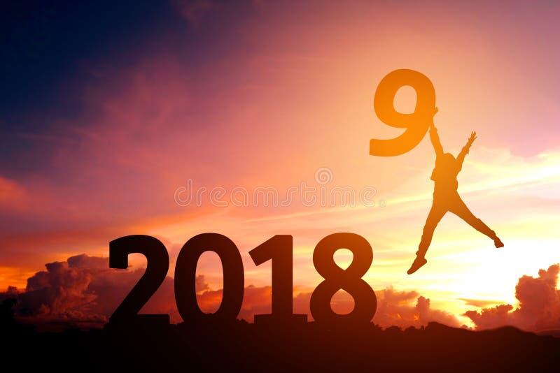 Siluetee al hombre joven feliz por 2019 Años Nuevos imagen de archivo libre de regalías