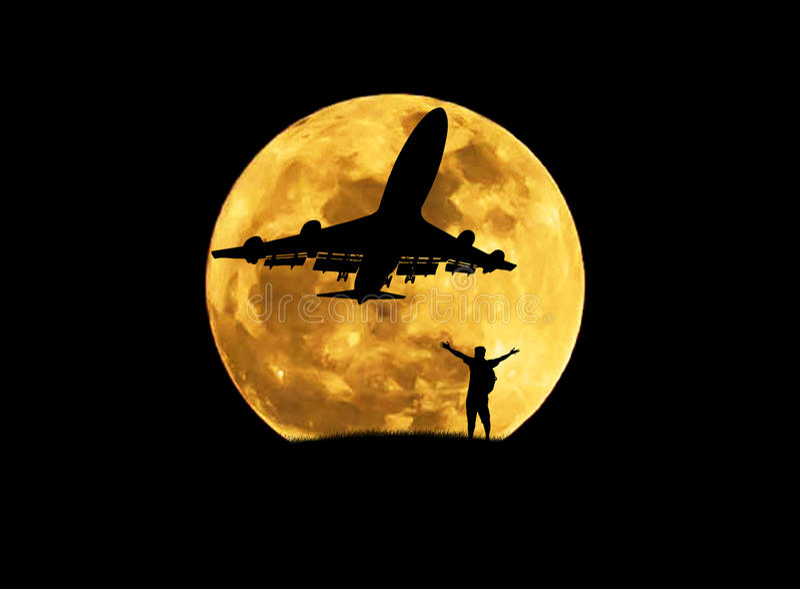Siluetee al hombre que la situación aumentada encima de los brazos celebra durante el aeroplano saca de pista con la Luna Llena g fotografía de archivo