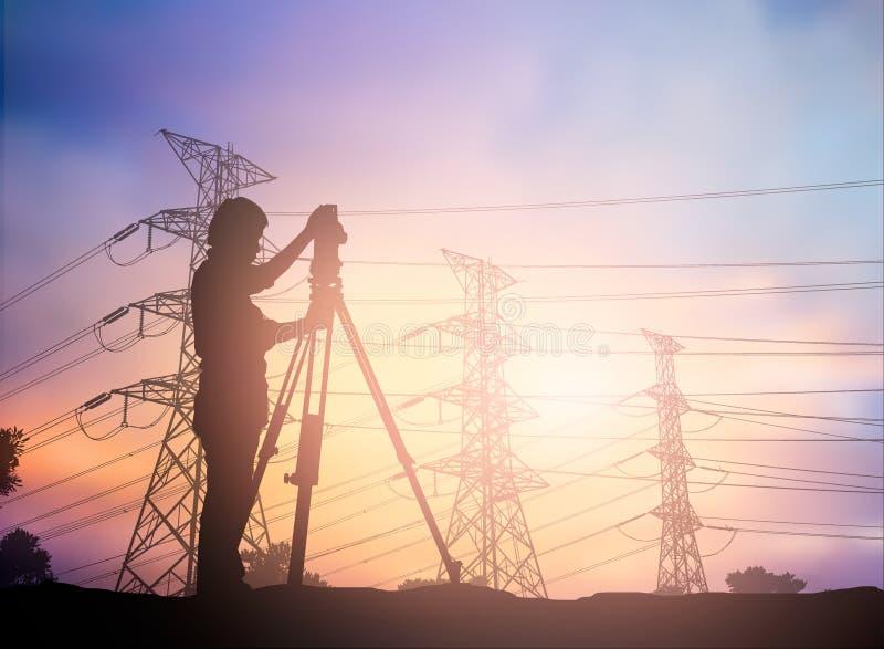 Siluetee al ingeniero de la encuesta que trabaja en un solar sobre la falta de definición imagenes de archivo