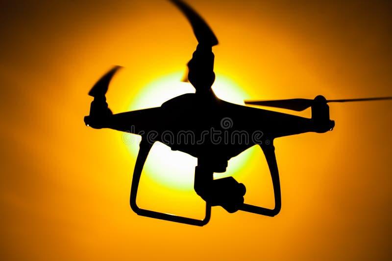 Siluetee de un abej?n del quadcopter imagen de archivo libre de regalías