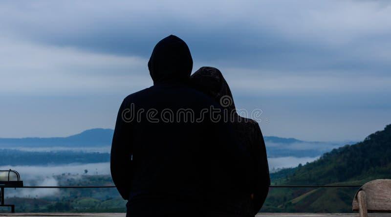 Siluetee el abrazo de pares de los amantes sobre fondo natural en imágenes de archivo libres de regalías