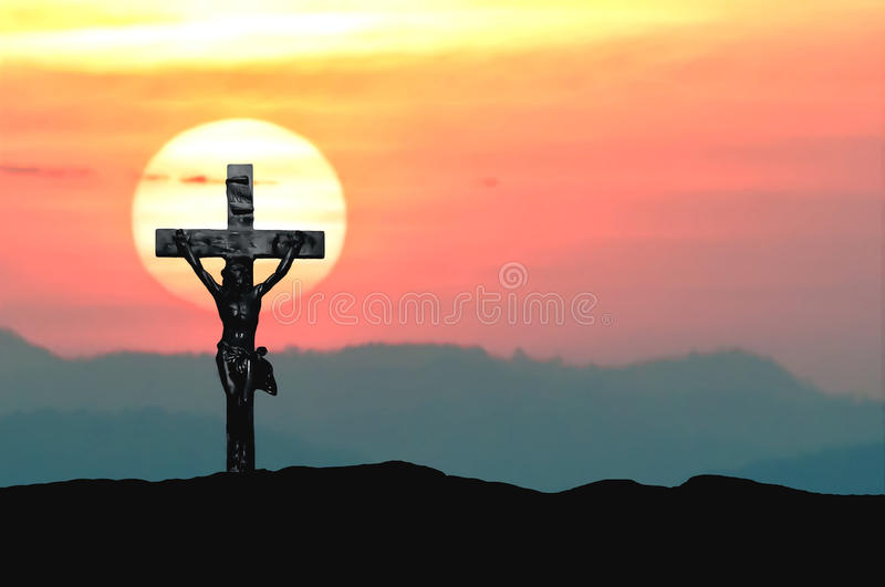 Siluetee Jesús y la cruz sobre puesta del sol en la montaña con el espacio de la copia (el color de agua del drenaje de la pintur imágenes de archivo libres de regalías