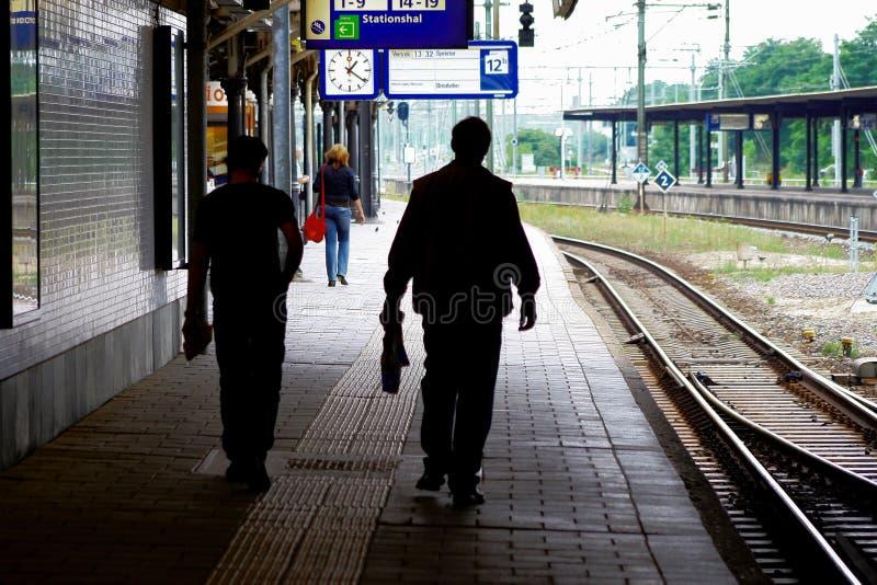 Siluetee a la gente en la estación de ferrocarril Utrecht, Holanda, los Países Bajos del NS fotos de archivo libres de regalías