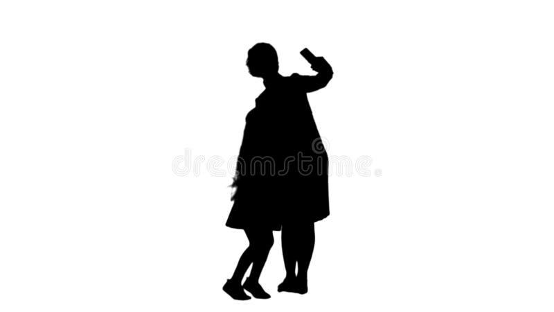 Siluetee la madre y a la hija sonrientes que enlazan junto para tomar un mate de la pista del selfie ilustración del vector