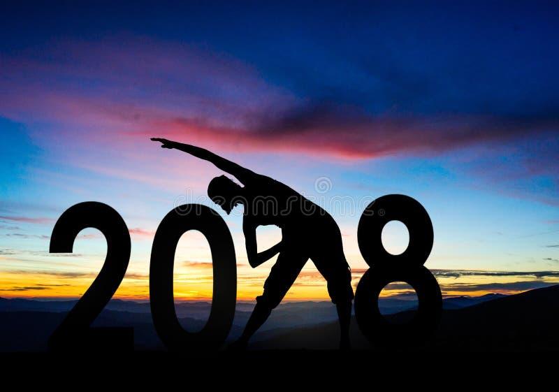 Siluetee a la mujer joven que salta a 2018 Años Nuevos imagen de archivo