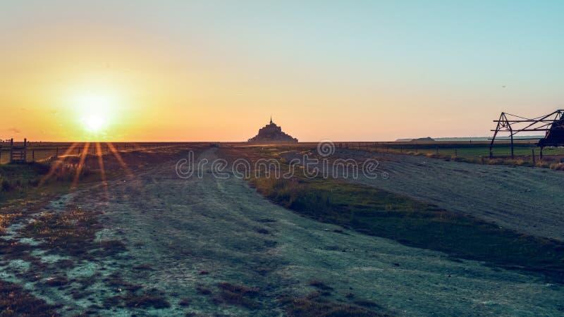 Siluetta al tramonto dal terreno coltivabile di Mont Saint Michel, Francia fotografie stock libere da diritti