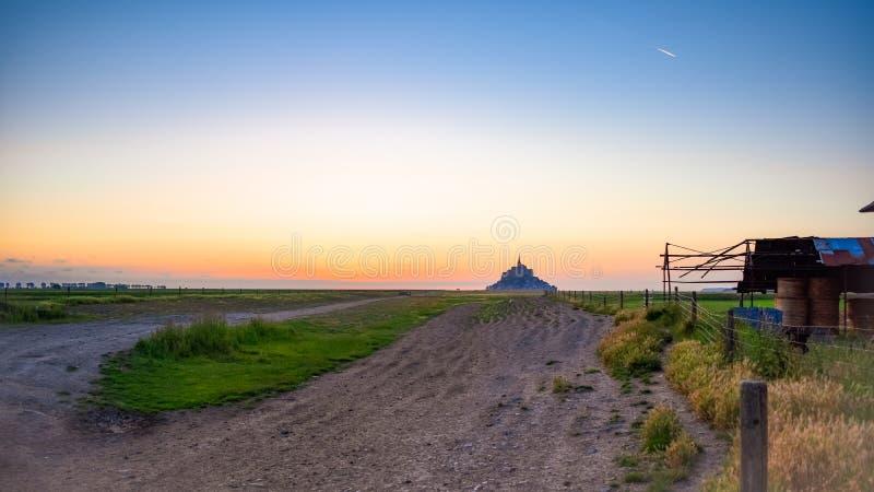 Siluetta al tramonto dal terreno coltivabile di Mont Saint Michel, Francia immagine stock libera da diritti