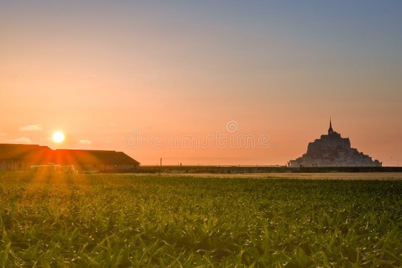 Siluetta al tramonto dal terreno coltivabile di Mont Saint Michel, Francia immagini stock libere da diritti