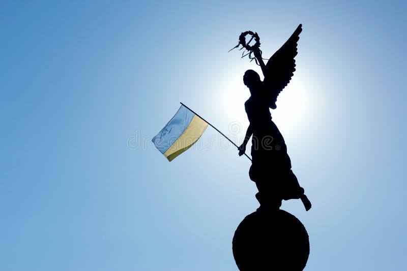 Siluetta alla luce solare del monumento di indipendenza i fotografia stock libera da diritti