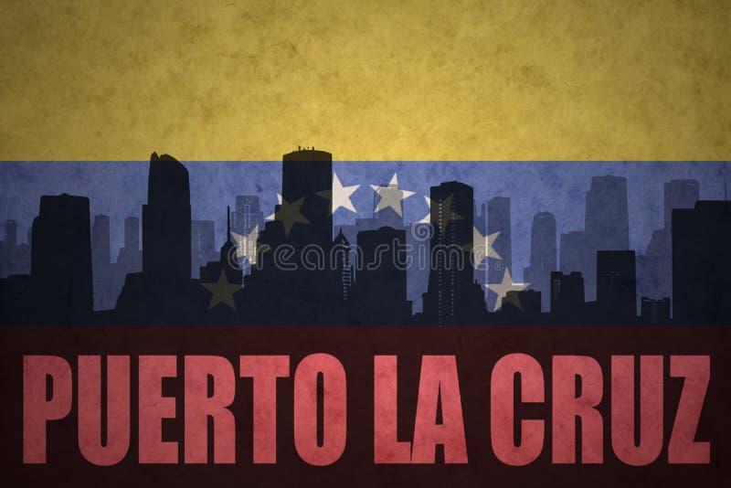 Siluetta astratta della città con la La Cruz di Puerto del testo alla bandiera venezuelana d'annata fotografia stock