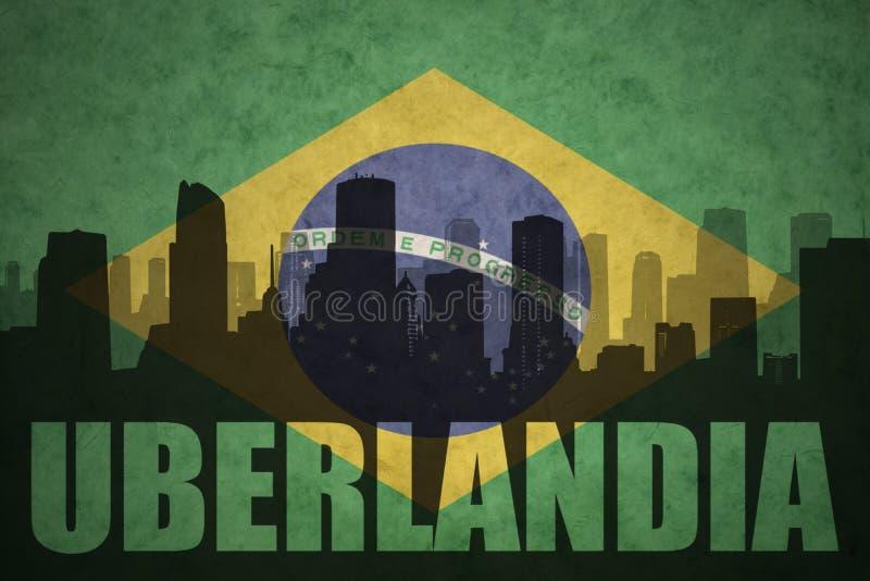 Siluetta astratta della città con testo Uberlandia alla bandiera brasiliana d'annata fotografia stock