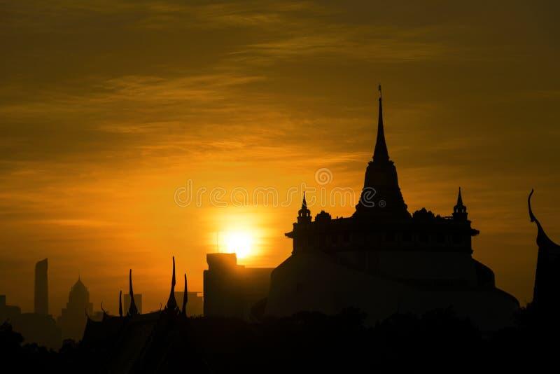 Siluetta, bello punto di vista di Wat Saket Ratcha Wora Maha Wihan immagine stock