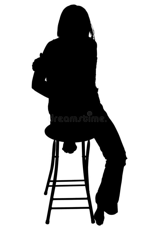 Siluetta con il percorso di residuo della potatura meccanica della donna che si siede sulle feci. fotografie stock