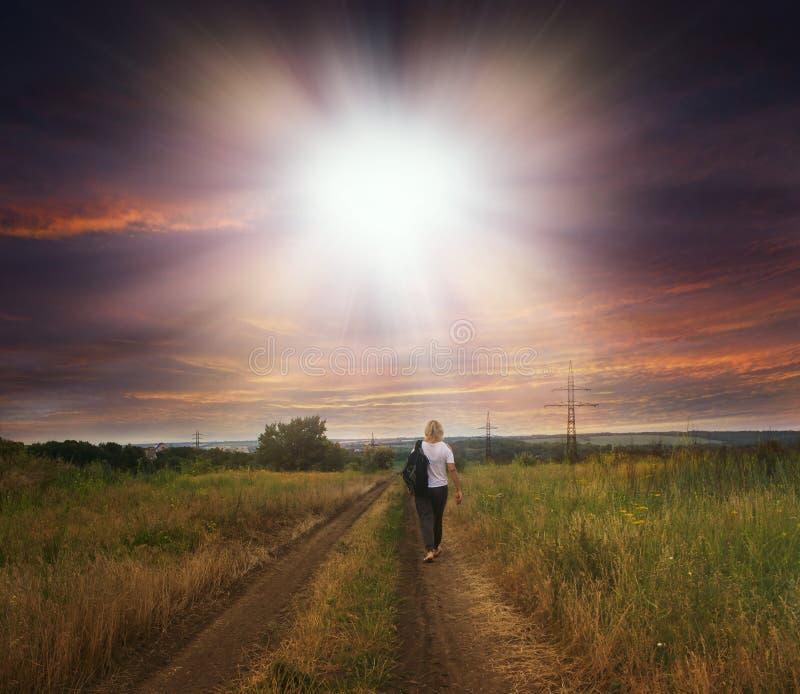 Siluetta corrente pareggiante di mattina di una ragazza sui precedenti di bella alba fotografia stock