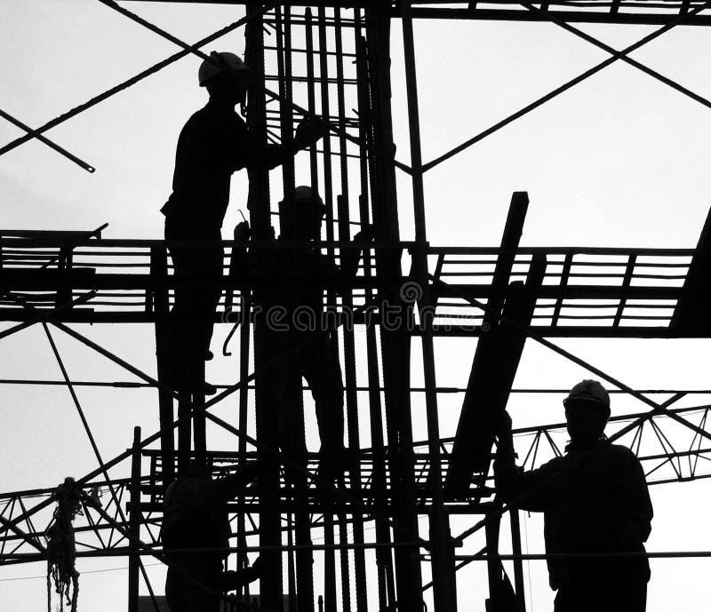 Siluetta degli operai di costruzione fotografia stock libera da diritti