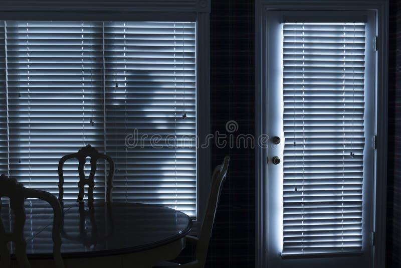 Siluetta del Backdoor di Sneeking Up To dello scassinatore alla notte fotografia stock libera da diritti