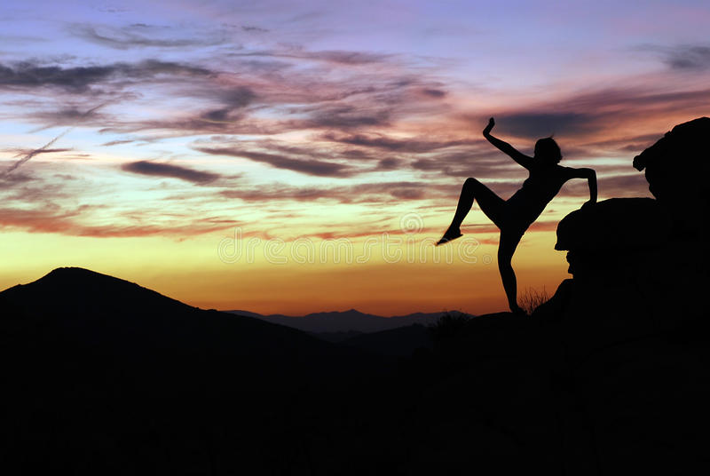 Siluetta del danzatore al tramonto nell'albero di Joshua fotografia stock libera da diritti