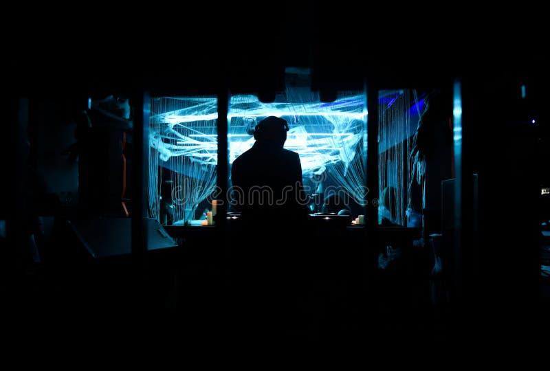 Siluetta del DJ che gioca il suo console immagine stock libera da diritti