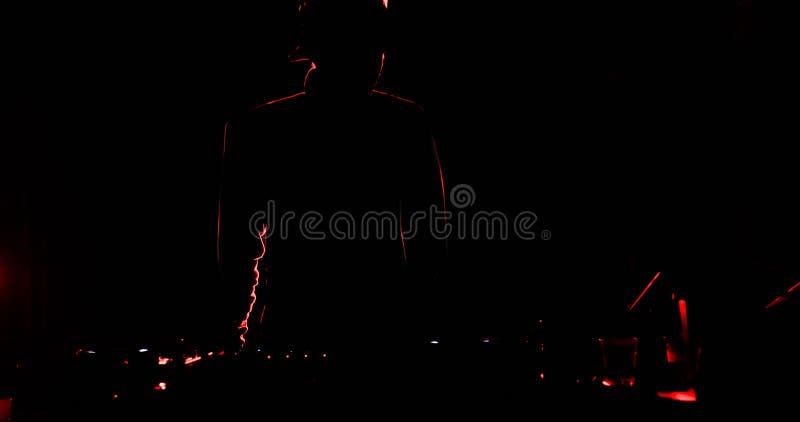 Siluetta del DJ che gioca il suo console fotografie stock