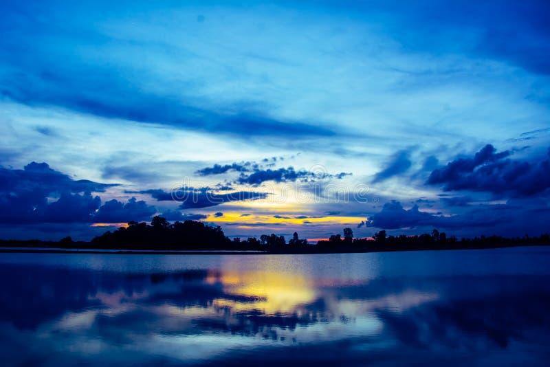 Siluetta del fondo della natura sul tramonto nella riva del fiume fotografie stock
