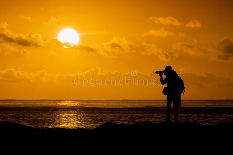 Siluetta del fotografo con la macchina fotografica immagine stock