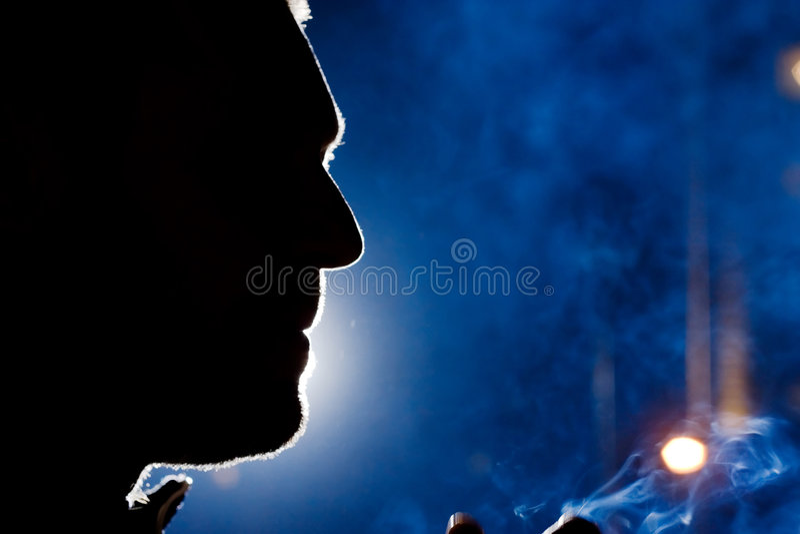 Siluetta del fronte dell'uomo alla notte immagine stock