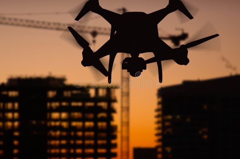 Siluetta del fuco senza equipaggio del circuito di bordi UAV Quadcopter dentro immagine stock libera da diritti